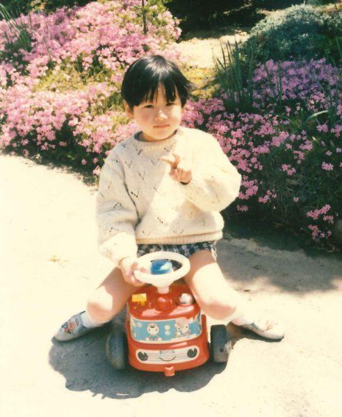 ブーブーカーで遊ぶ大平健介さんの幼少期